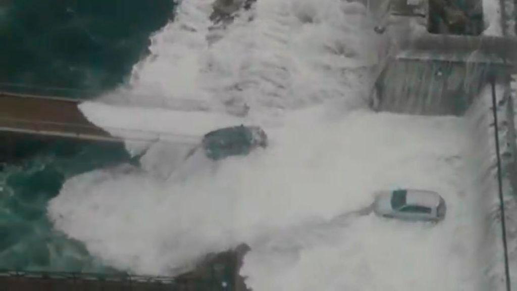 Gigantescas olas rompen en el dique de A Coruña
