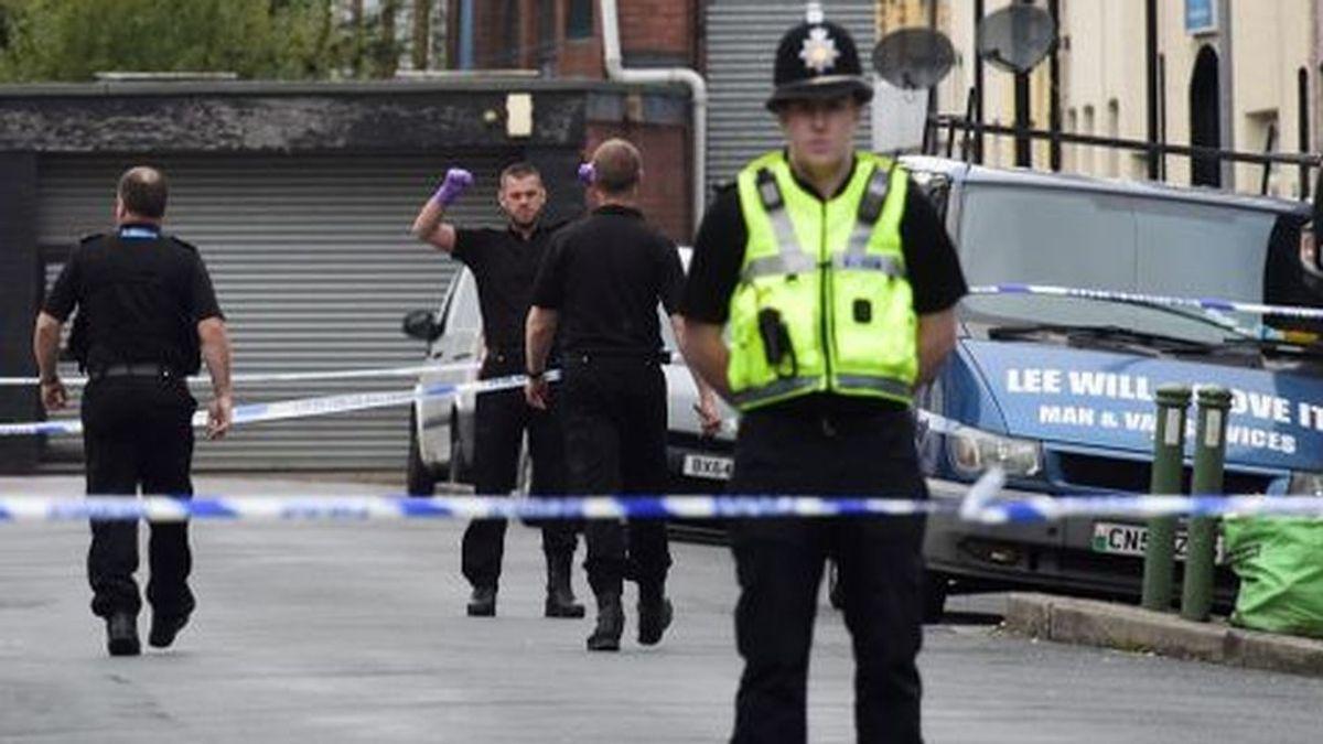 """Un hombre de 33 años cae de """"manera sospechosa"""" de un sexto piso en Londres"""