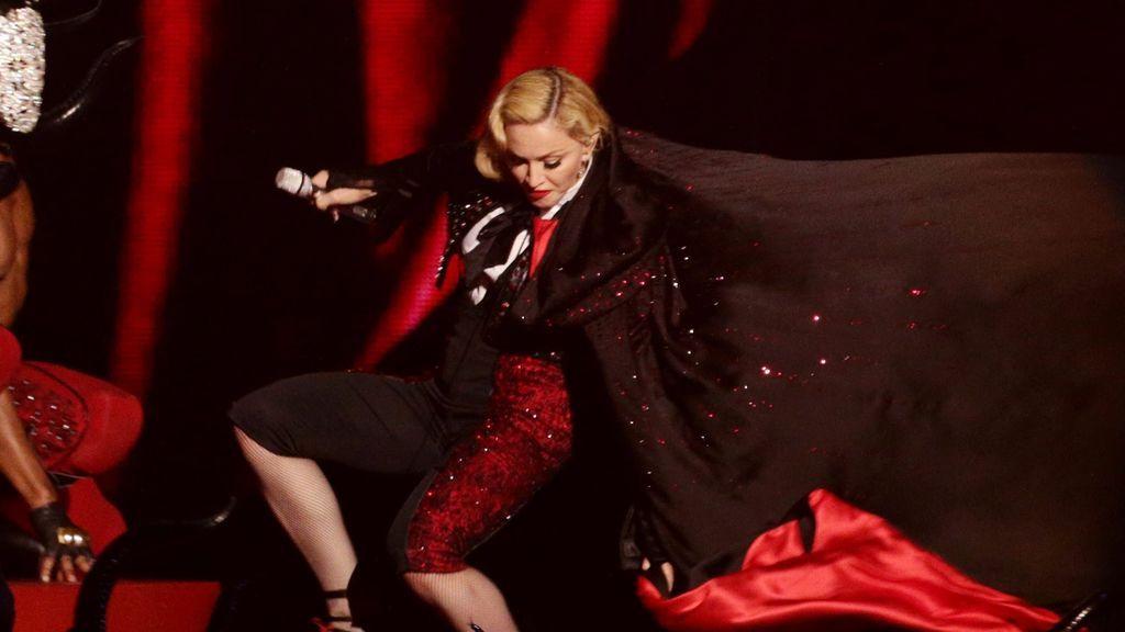 Madonna cayéndose en los Brit Awards