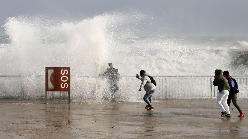 Ir a ver olas: claves para disfrutar de su belleza sin correr peligro