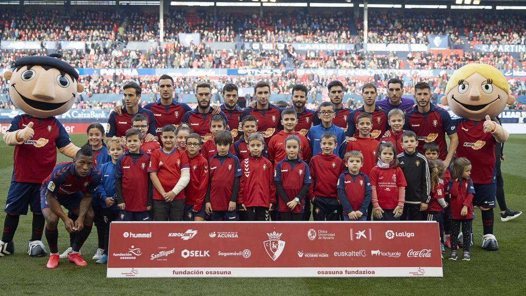 Canteranos, patrocinadores o amigos, pero todos gratis: los niños no pagan por acompañar a los futbolistas