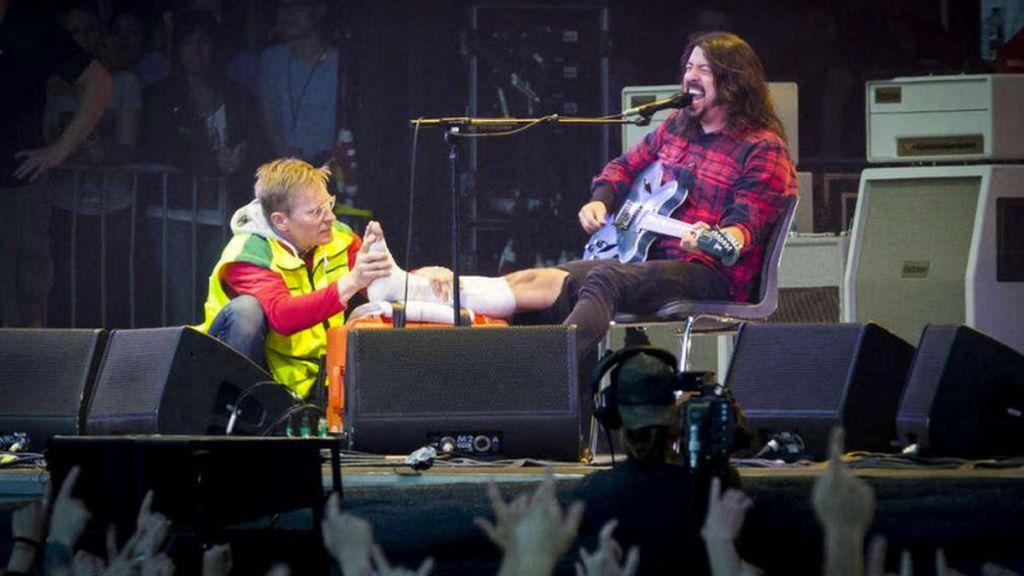 El cantante de los Foo Fighters es atendido