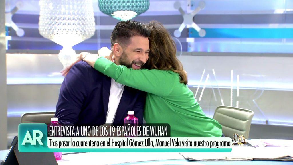 Ana Rosa abraza a Manuel Vela, uno de los 19 repatriados a España por el coronavirus