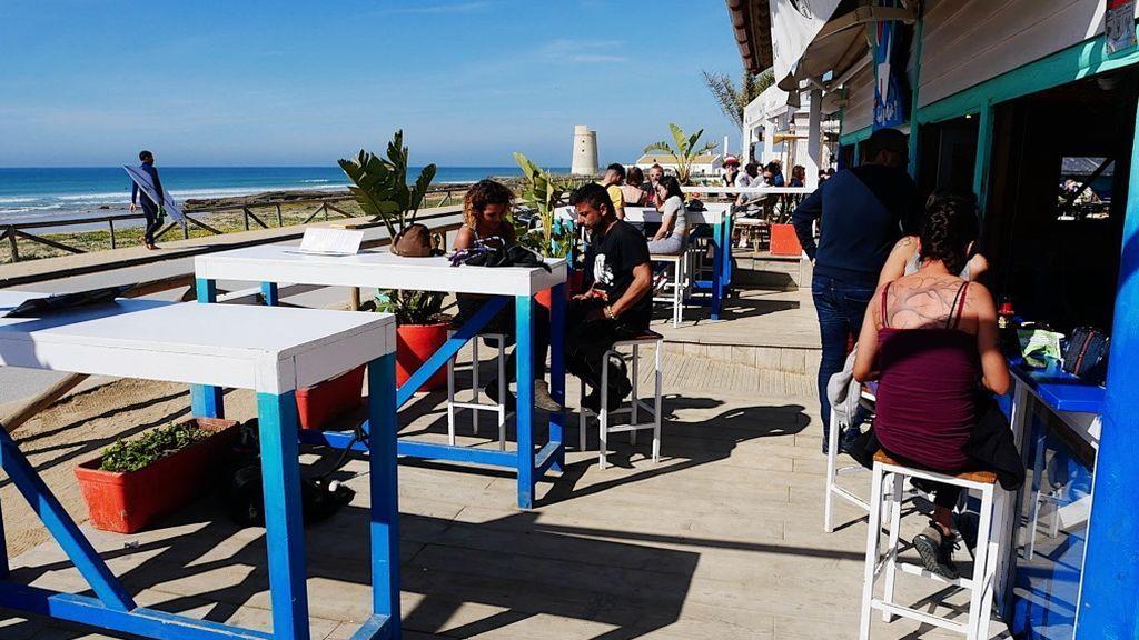 Una terraza en la playa del Palmar, Cádiz