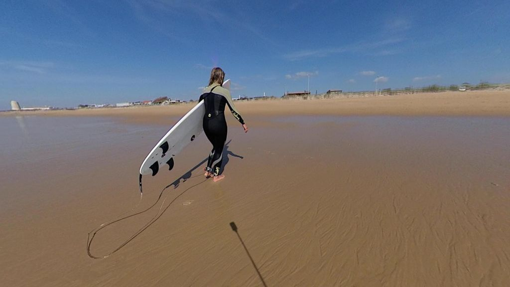Una surfista en la playa del Palmar