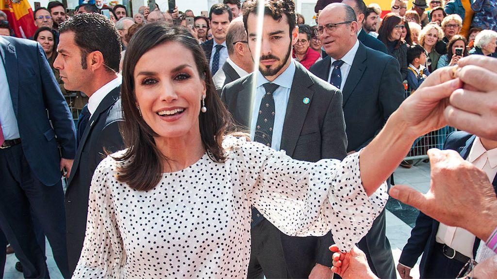 La Reina se salta el protocolo para saludar a un excompañero de TVE