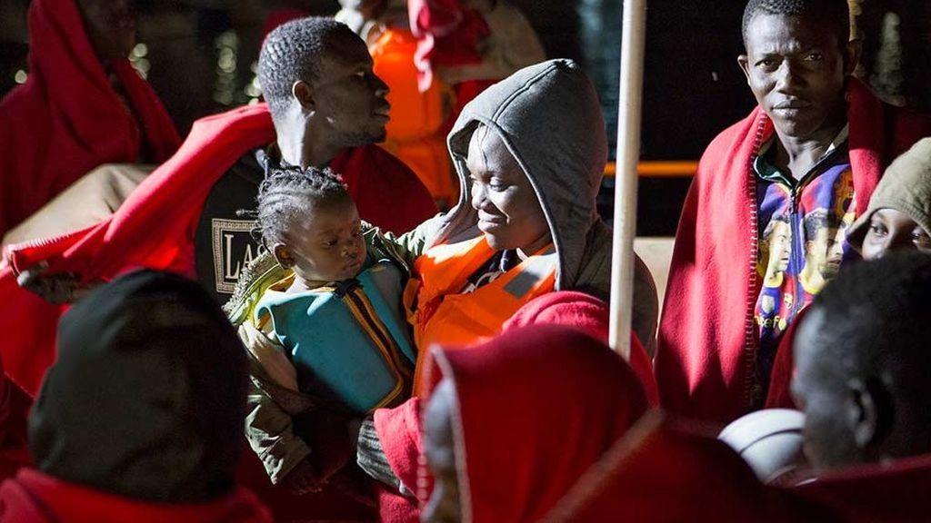 Rescatan a un bebé nacido en una patera cerca de Canarias