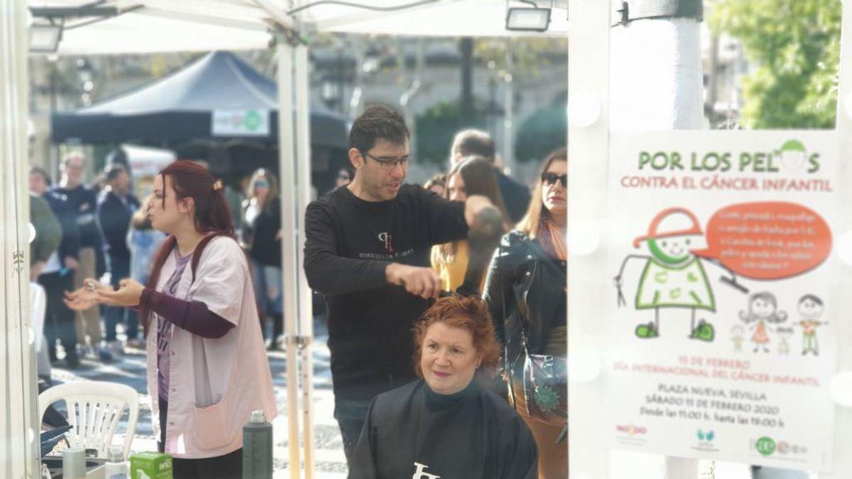 El centro de Sevilla se convierte en una gran peluquería solidaria en el Día  Internacional del Cáncer Infantil