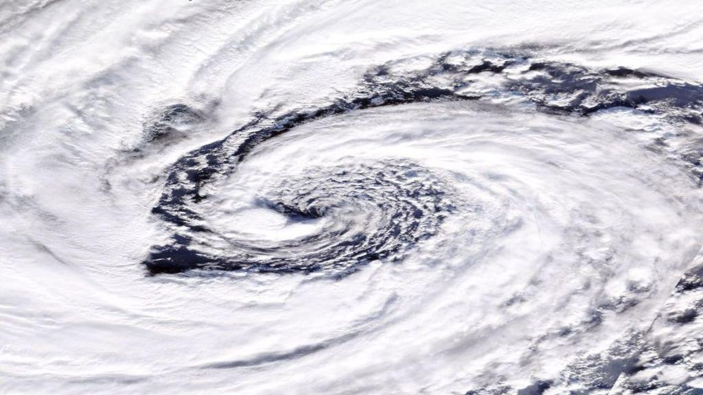 Los meteorólogos advierten sobre la tormenta Dennis: se ha convertido en un 'ciclón bomba'