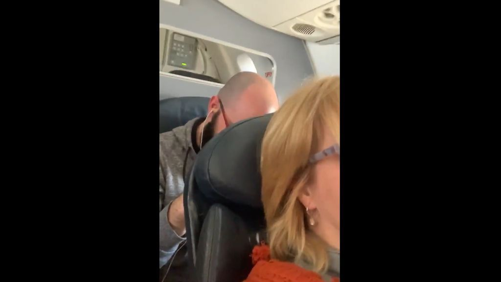 """Pasa todo un vuelo dándole golpes al asiento de la mujer que viajaba delante suya: """"La azafata le ofreció ron"""""""