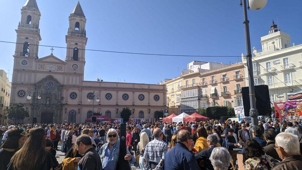 Este domingo se celebra la tradicional Ostionada  del Carnaval de Cádiz  donde se repartirán gratis más de 6.000 ostras en platos reciclables