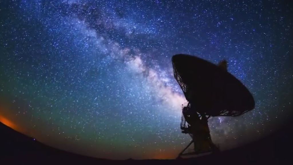 No, esa señal de radio de otra galaxia no la envían los extraterrestres