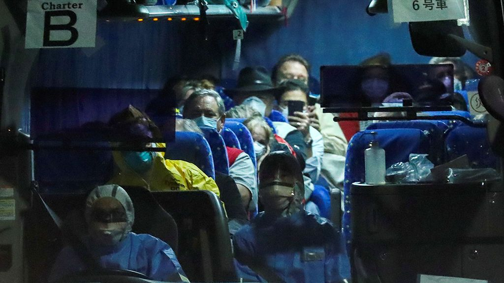 Comienza el desalojo de los pasajeros del crucero 'Diamond Princess' en cuarentena por coronavirus en Japón