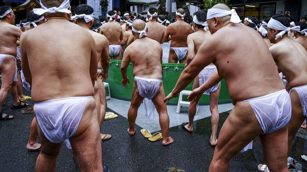 Miles de japoneses se dan un baño de agua helada en busca del talismán de la suerte
