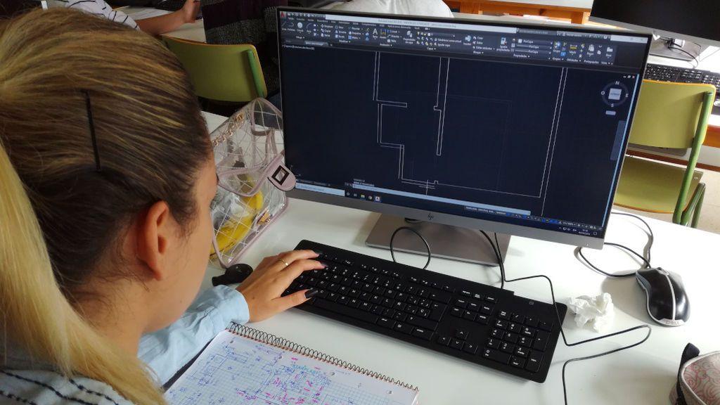 Alumna trabajando en el CIFP Valentín Paz Andrade de Vigo