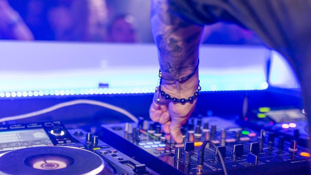 Invitados violentos, señoras reggaetoneras y mucho alcohol: la boda de pesadilla sufrida y narrada por un DJ