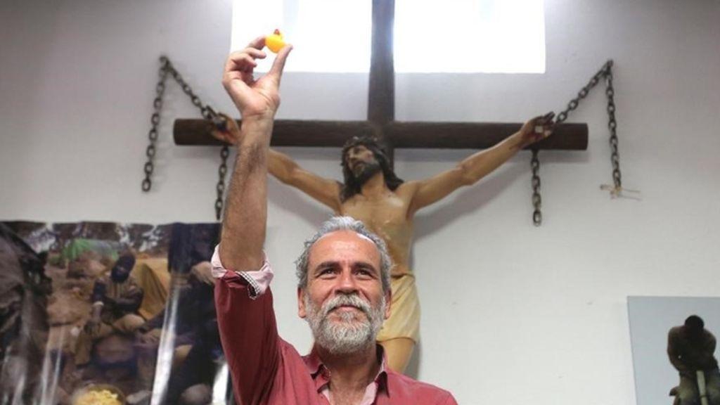 Arturo Pérez- Reverte llama miserable a Willy Toledo pero defiende su derecho a blasfemar