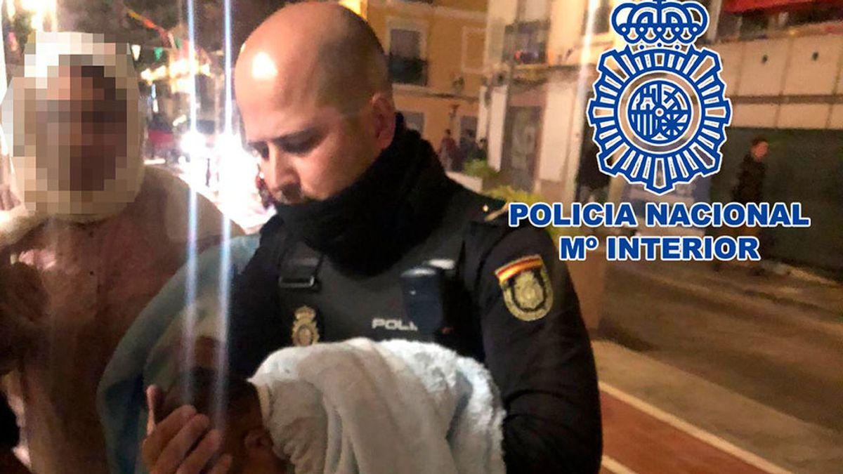 Una patrulla de la Policía Nacional salva a un bebé tras 20 minutos de reanimación en Valencia