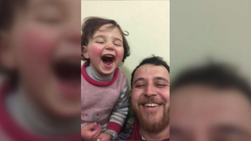 Transformar el miedo en sonrisas: el 'juego de la guerra' en Siria entre un padre y su hija