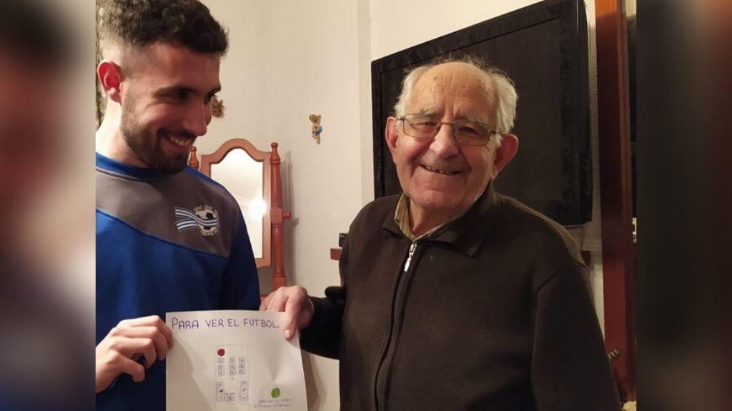 Contra la brecha generacional: un nieto enseña a su abuelo con un dibujo cómo ver el fútbol en la tele