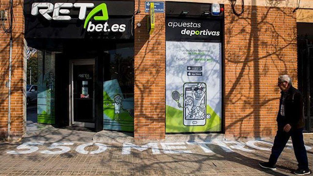 Pintadas en las casas de apuestas de Valencia denuncian su distancia hasta los colegios