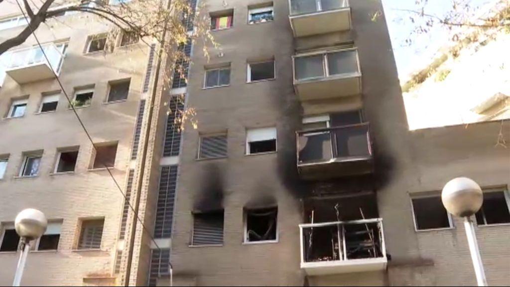 Quince heridos, cuatro de ellos graves, por el incendio de una vivienda en Barcelona