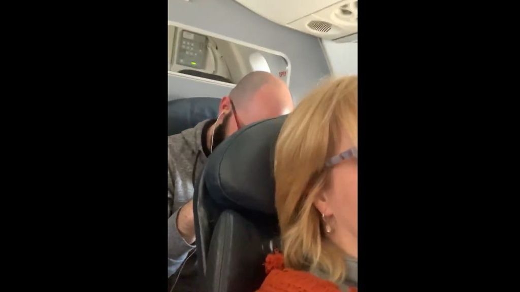 La mujer zarandeada en el avión se revuelve: presentará cargos y pide el despido de una de las azafatas