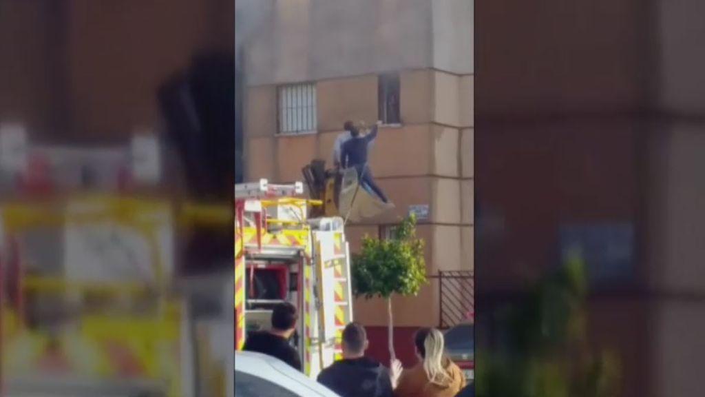Rescatada de las llamas por unos vecinos subidos a una excavadora