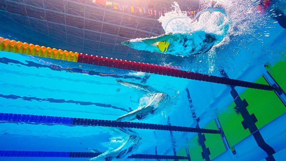 Obligan a una chica transexual a competir con los chicos en natación