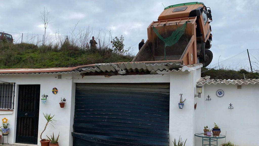 Pierde el control de su camión y lo empotra encima de una vivienda