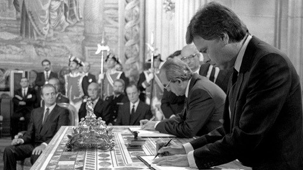 Fernando Morán en la firma de adhesión a la Comunidad Europea