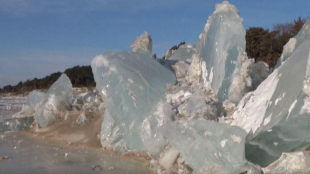 La gran muralla, pero de hielo: olas congeladas se amontonan en el lago fronterizo entre China y Rusia
