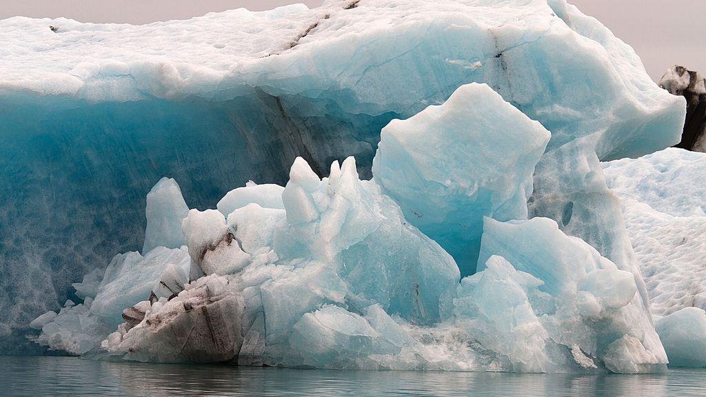 """La peligrosa moda de los """"cazadores de icebergs"""": los disparan y destruyen para vender su agua"""