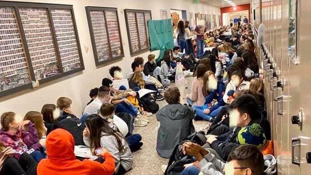Huelga masiva de estudiantes en una escuela que obligó a renunciar a dos maestros homosexuales
