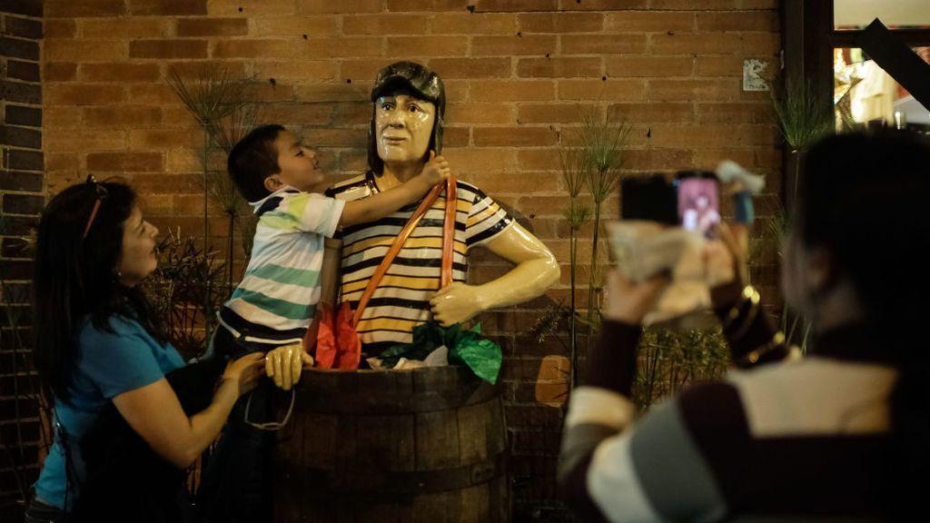 Seguidores se hacen fotos con una estatua de 'El Chavo del Ocho'