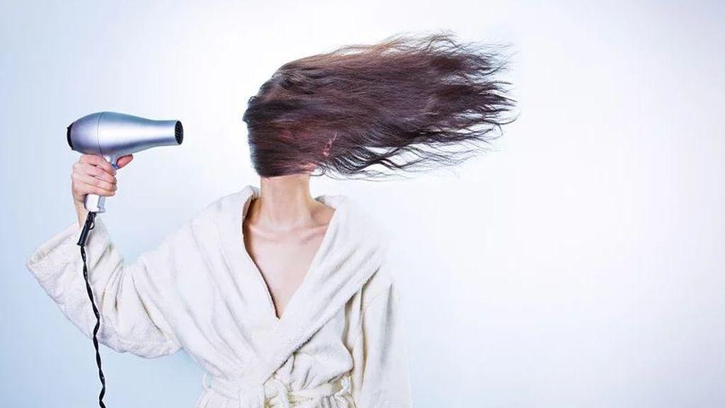 Olvidarse del secador en invierno es posible: trucos para secar el pelo más rápido sin calor