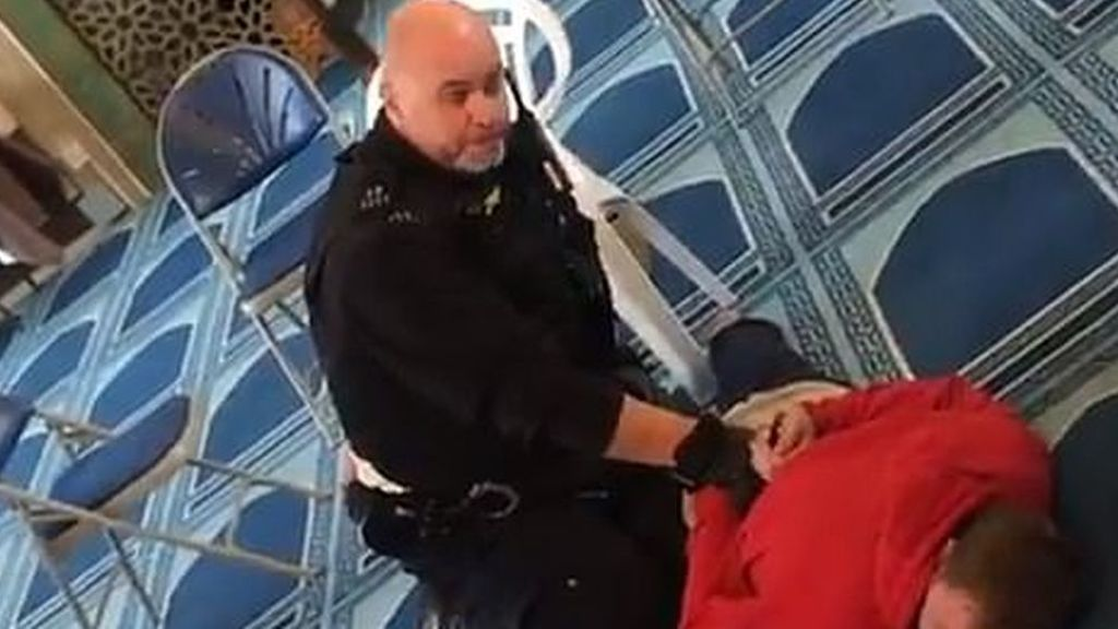 El muezzin apuñalado en una mezquita de Londres dice que perdona a su atacante