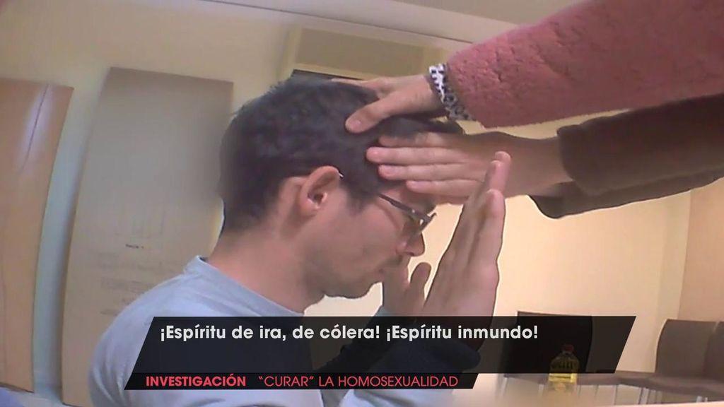 """Un reportero de 'Viva la vida' se somete a un exorcismo para """"curar la homosexualidad"""": """"Saca todo espíritu de fornicación"""""""
