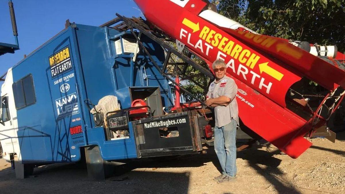 Muere el terraplanista 'Mad Mike' en un accidente con su cohete casero