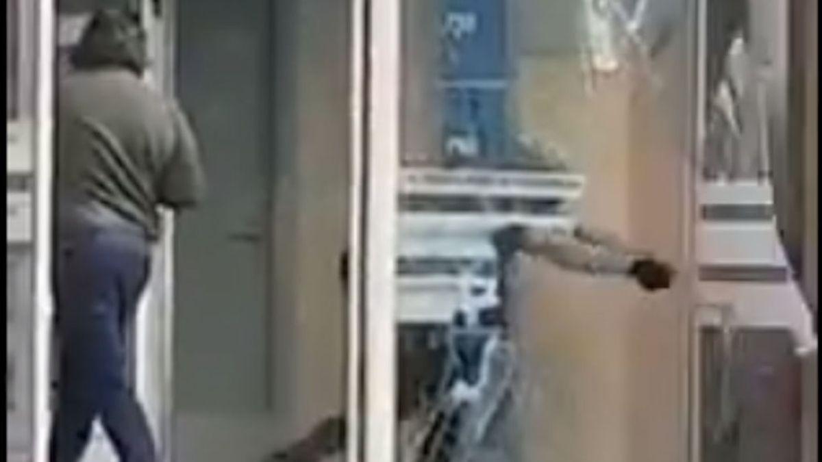 Entra a robar en una lavandería, los vecinos lo encierran y acaba huyendo rompiendo la cristalera