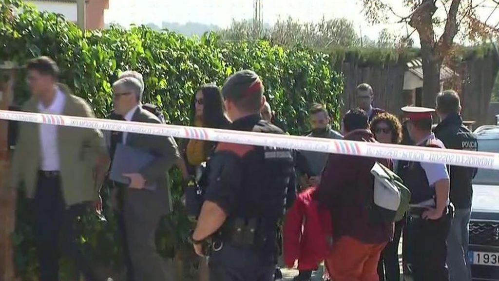 La llegada en directo de Rosa Peral y Albert López, esposados, al escenario del crimen de la Guardia Urbana