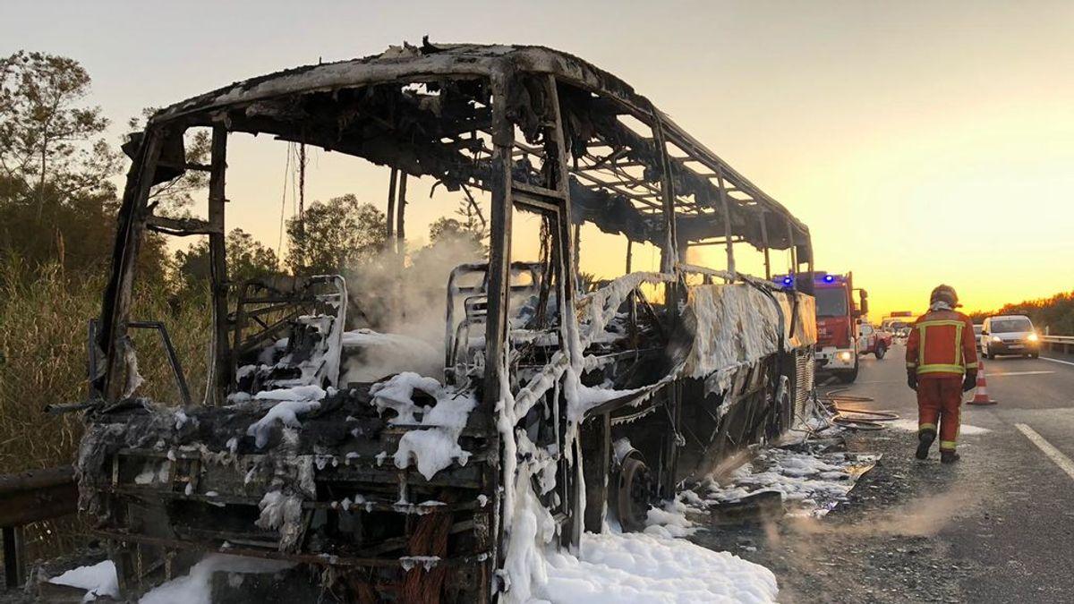 Un autobús de pasajeros sale ardiendo en plena autovía de Huelva