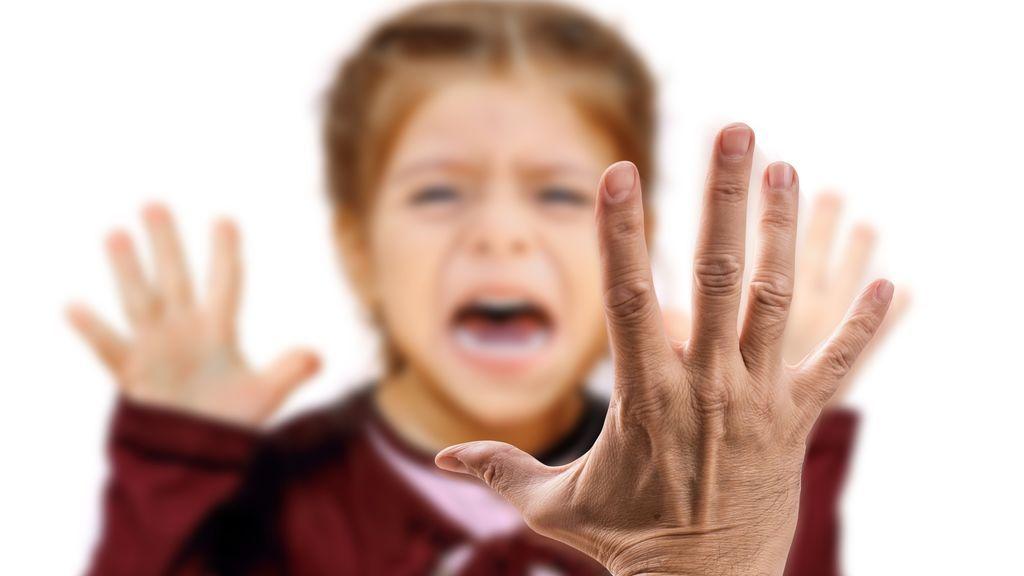 Prohíben a una madre que se acerque a sus hijos tras golpearles en la calle