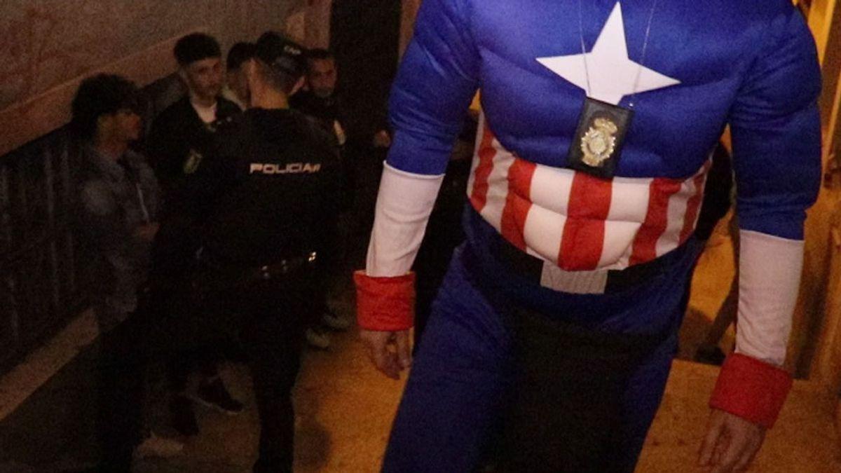Un policía disfrazado de Capitán América