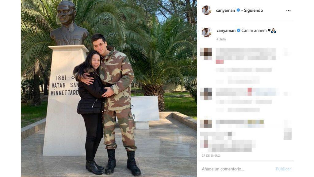 Can Yaman posa con su madre durante el servicio militar