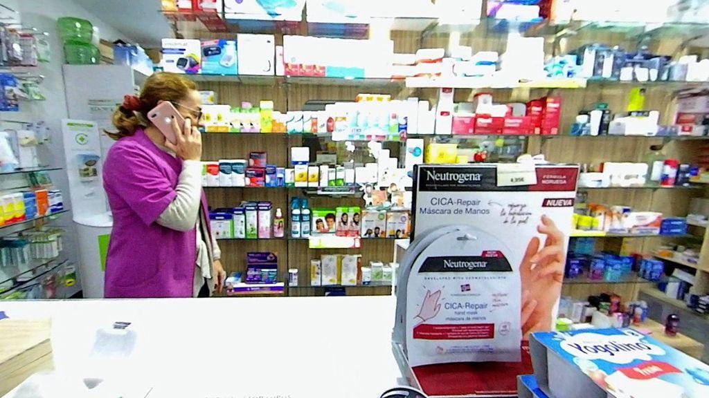 Una farmacéutica atiende una petición de mascarillas