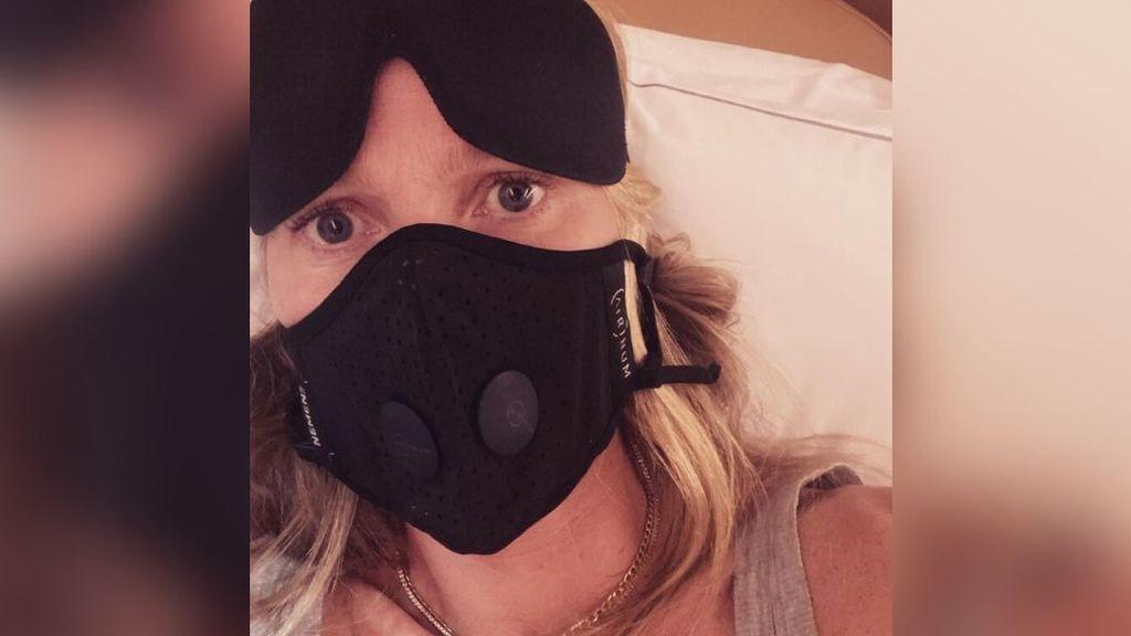 """Gwyneth Paltrow agita el pánico al coronavirus con mascarilla negra en el avión: """"Manténganse a salvo"""""""