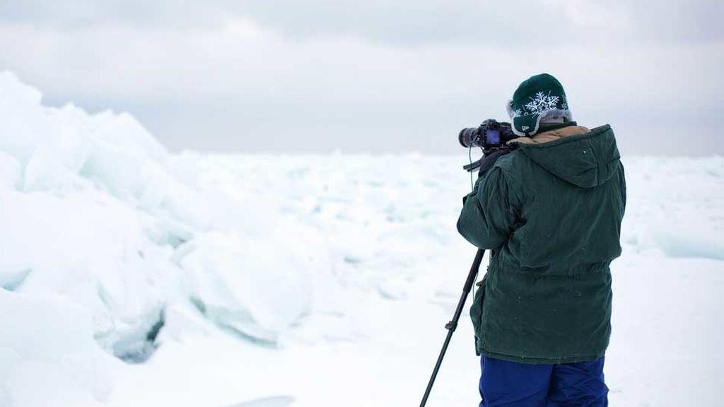 Fotógrafo tomando imágenes en lago de Estados Unidos