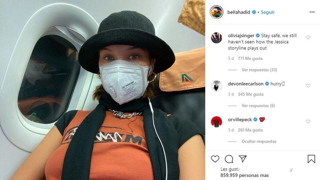 Bella Hadid, con mascarilla durante uno de sus viajes