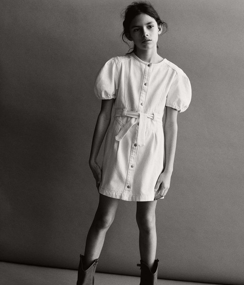 Ava Salazar, con vestido 'denim'